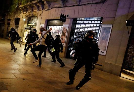 اشتباكات عنيفة فى برشلونة بسبب قيود كورونا (1)