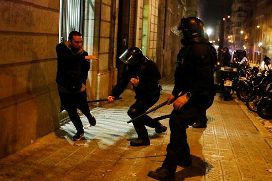 اشتباكات عنيفة فى برشلونة بسبب قيود كورونا (3)