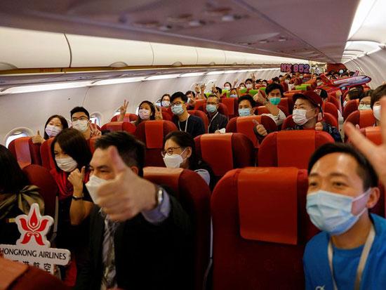 الركاب يلتقطون صورة جماعية أثناء استعدادهم للإقلاع