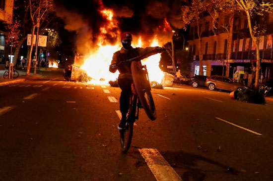 اشتباكات عنيفة فى برشلونة بسبب قيود كورونا (5)