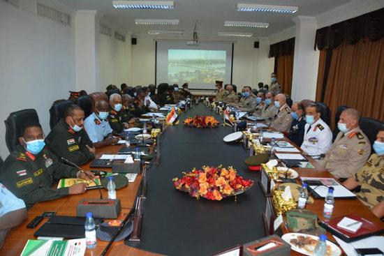 الفريق محمد فريد يجرى مباحثات التعاون المشترك في الخرطوم (4)