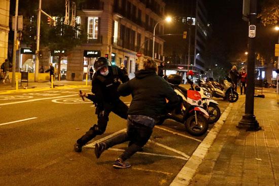 اشتباكات عنيفة فى برشلونة بسبب قيود كورونا (2)