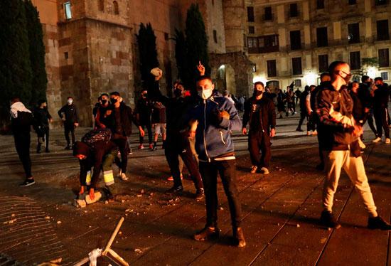 اشتباكات عنيفة فى برشلونة بسبب قيود كورونا (4)
