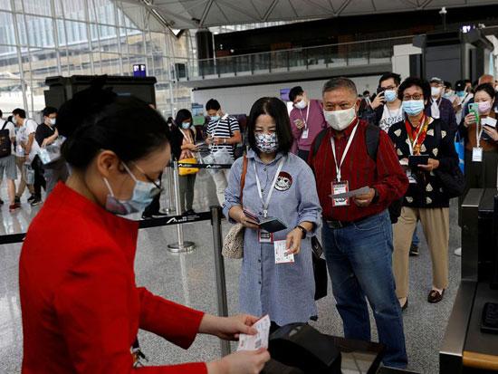مراجعة بيانات الركاب قبل صعود الطائرة