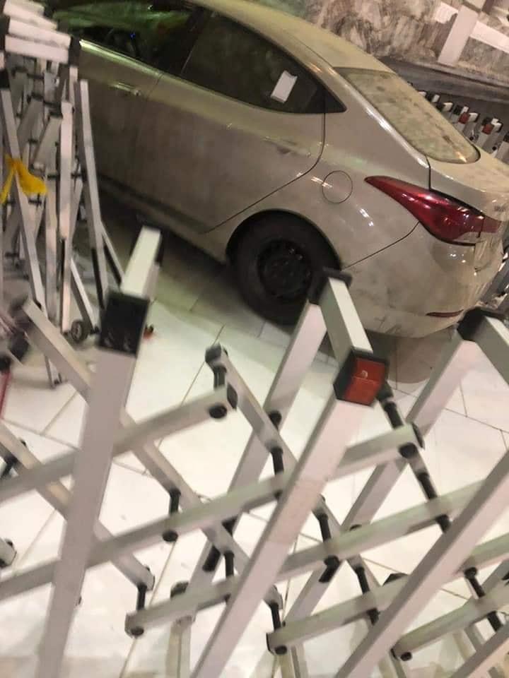 السيارة بعد افتحامها إحدى ساحات الحرم