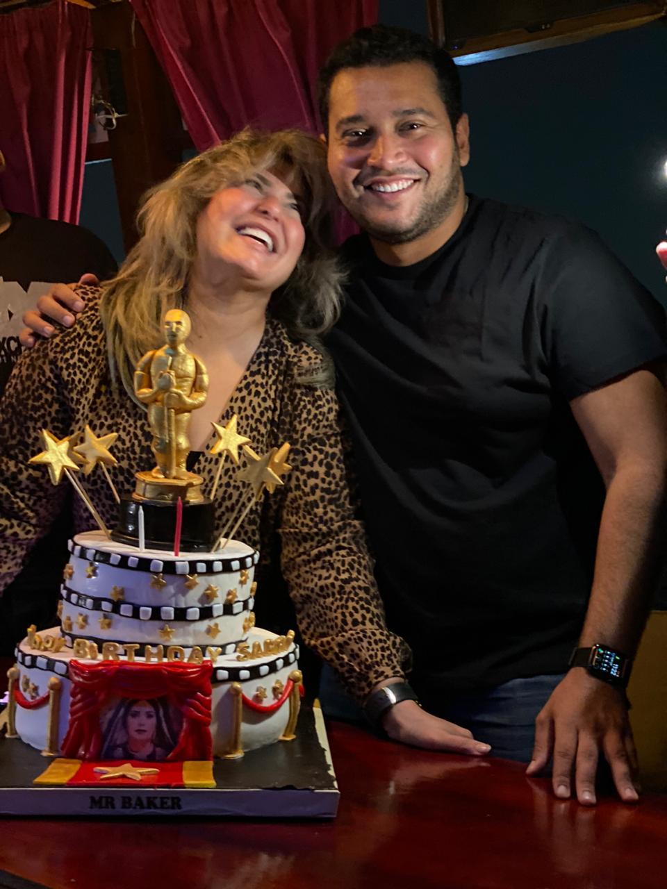 صابرين مع عائلتها خلال الاحتفال بعيد ميلادها
