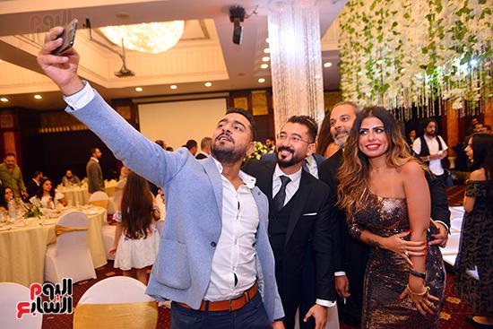 اصدقاء العريس يلتقطون صورة سيلفى