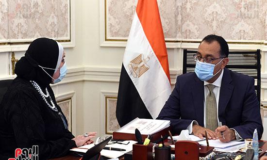 رئيس الوزراء يلتقى وزيرة الصناعة (3)