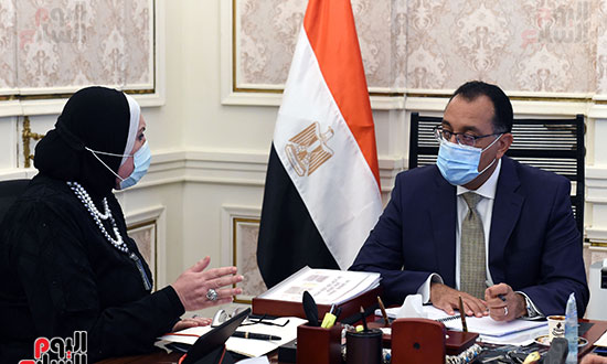 رئيس الوزراء يلتقى وزيرة الصناعة (4)