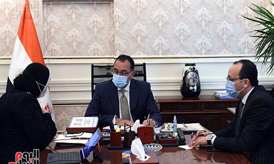 رئيس الوزراء يلتقى وزيرة الصناعة (2)