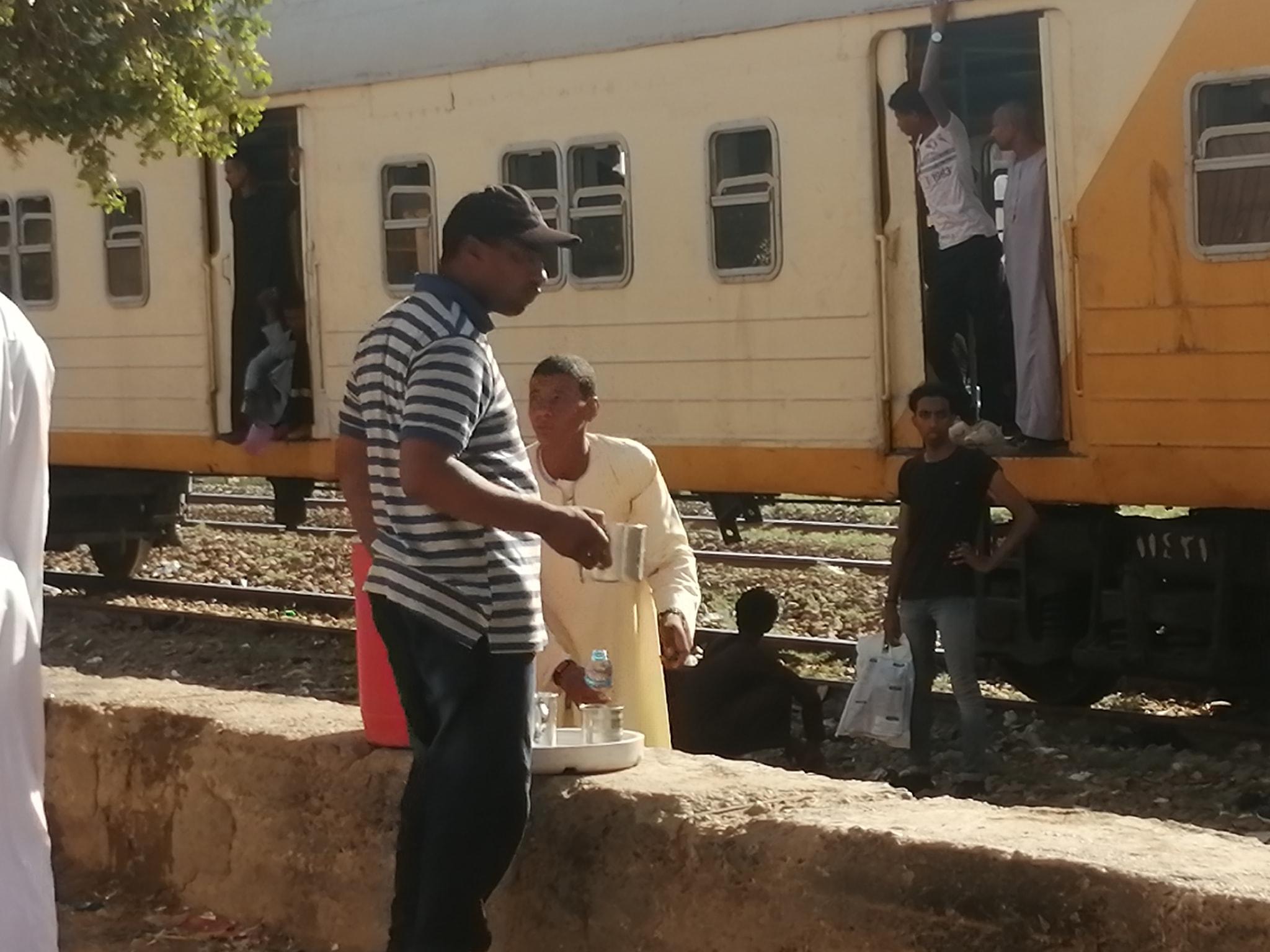 تقديم الماء البارد لركاب قطار الغلابة بأسوان (2)