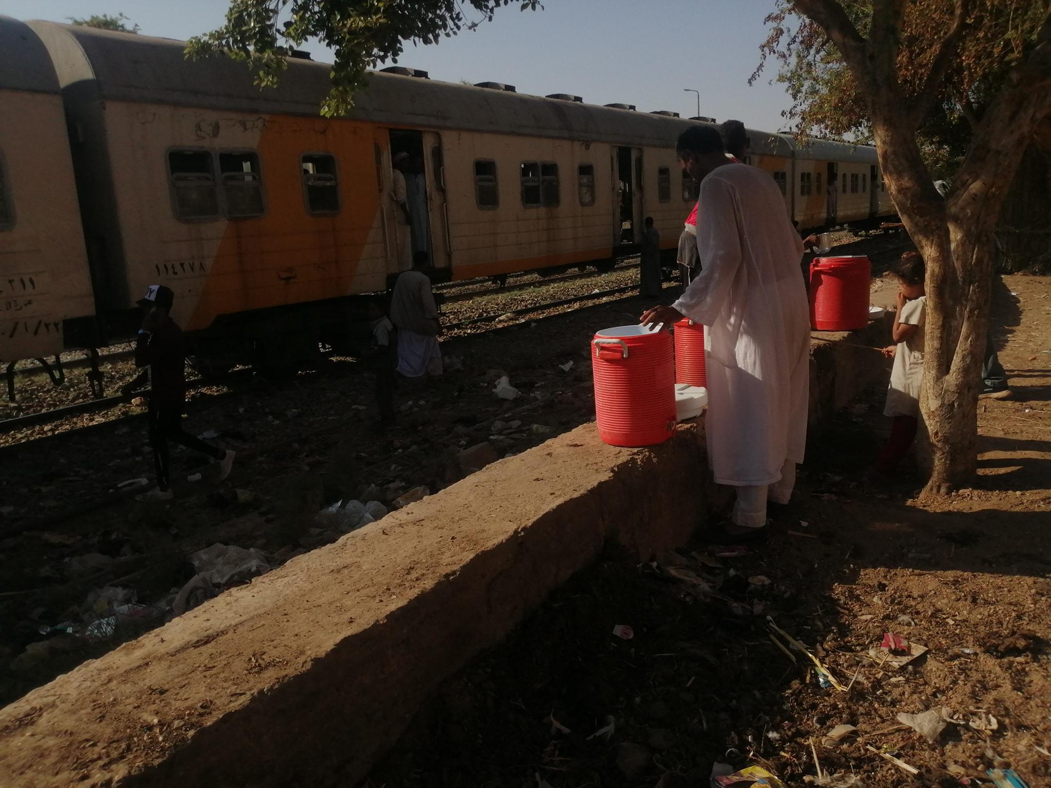 تقديم الماء البارد لركاب قطار الغلابة بأسوان (3)