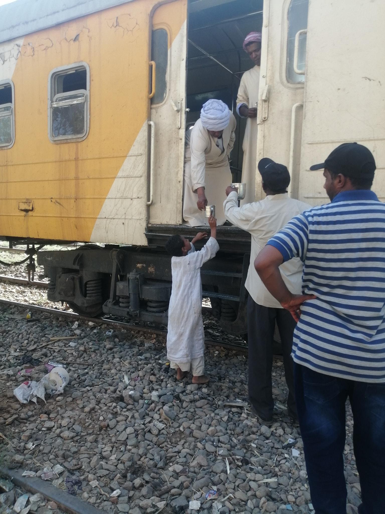 تقديم الماء البارد لركاب قطار الغلابة بأسوان (1)