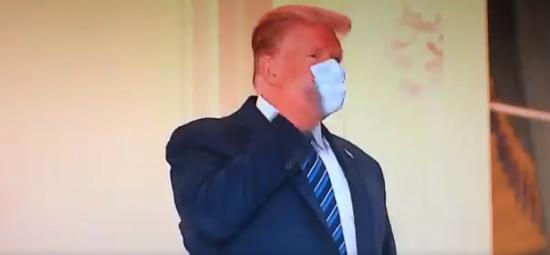 ترامب ينزع الكمامة