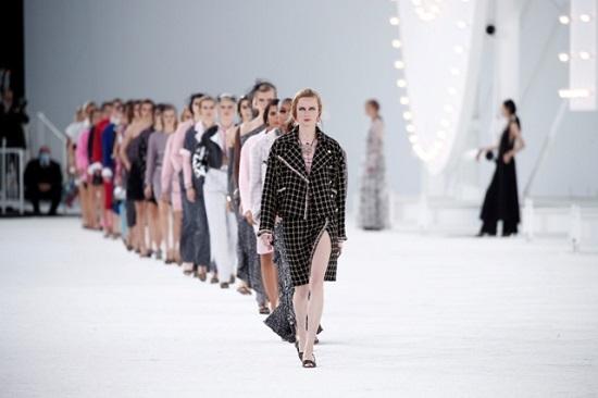 جانب من مجموعة أزياء شانيل بأسبوع الموضة