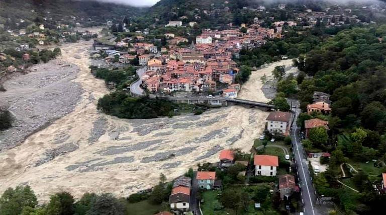 جانب من الفيضانات