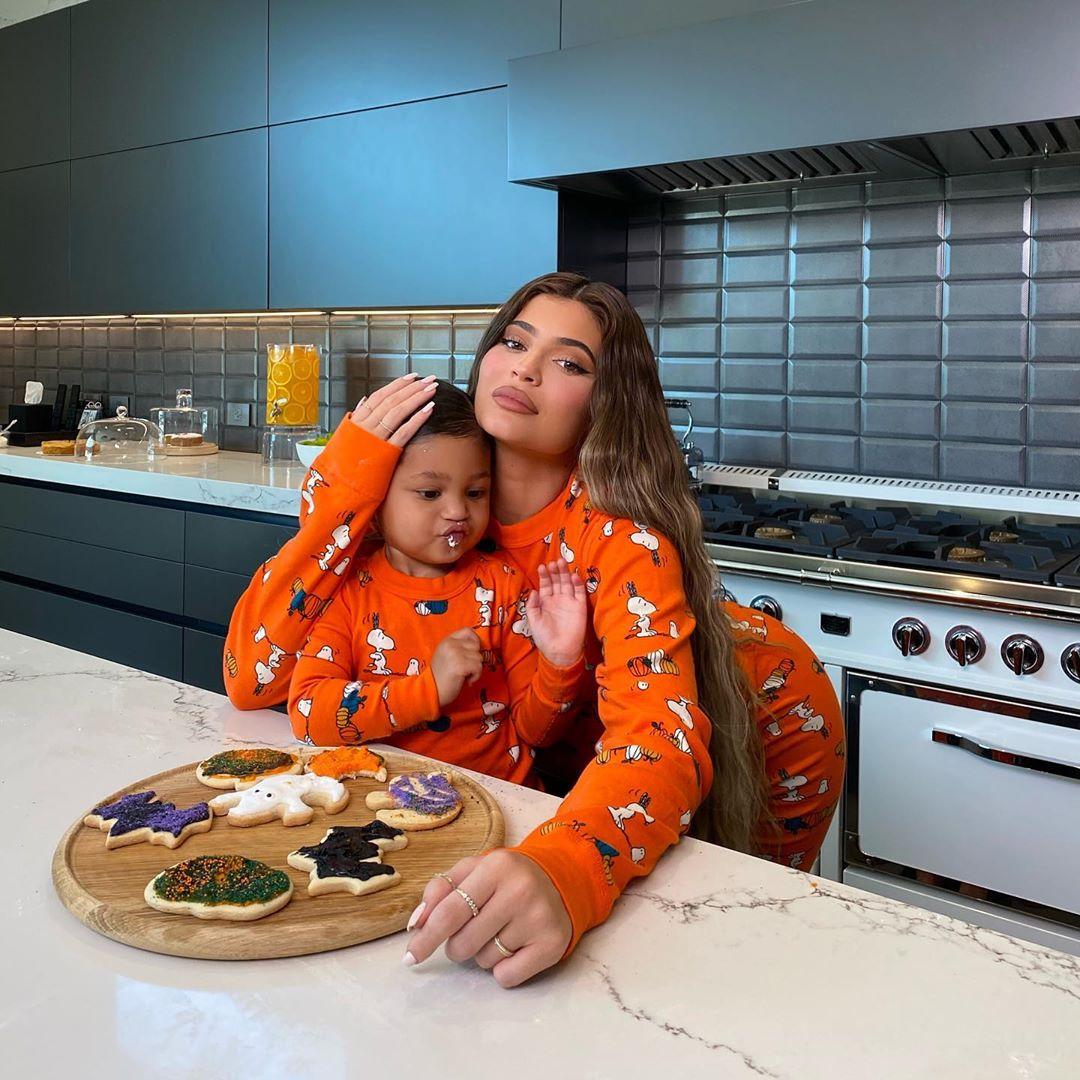 شاهد النجمة الأمريكية كايلى جينر وابنتها ستورمى تصنعان كعكة الهالوين فى المطبخ