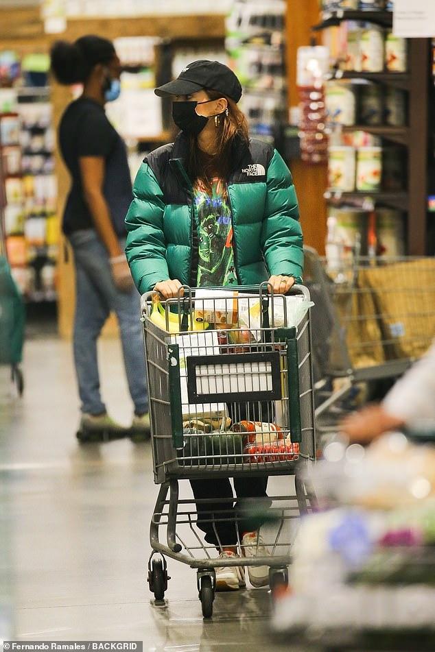 عارضة الأزياء الأمريكية إميلي راتاجكوفسكي ترتدي ملابس شتوية