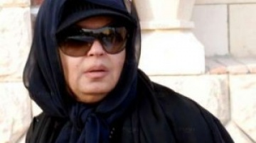 يفى عبده مرتدية الحجاب فى احدى الجنازات