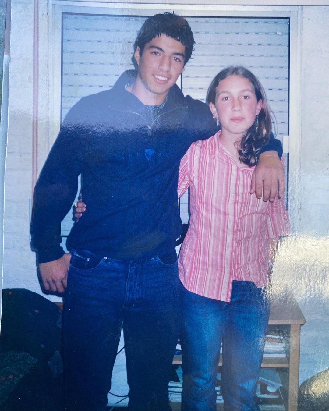 سواريز وزوجته في مرحلة الشباب