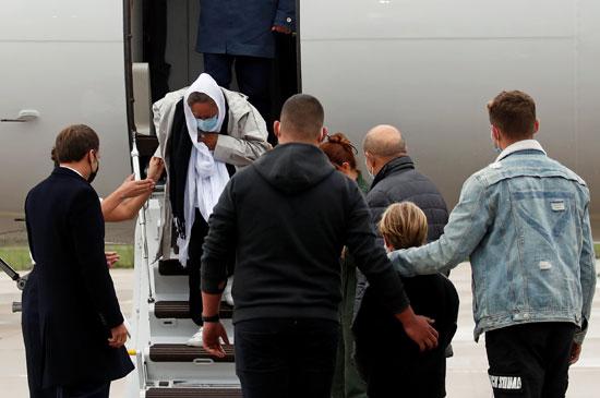 صوفي بترونين تصل مطار فيلاكوبلاي العسكري بالقرب من باريس