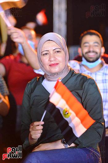 فتاة من الحضور ترفع علم مصر