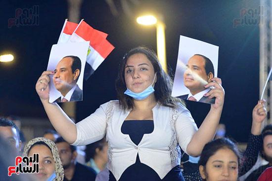 فتاة ترفع صورة الرئيس السيسى