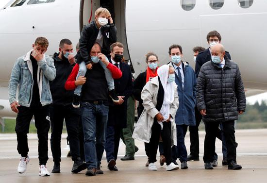وزير الخارجية الفرنسي جان إيف لودريان يرافق موظفة الإغاثة الفرنسية صوفي بترونين