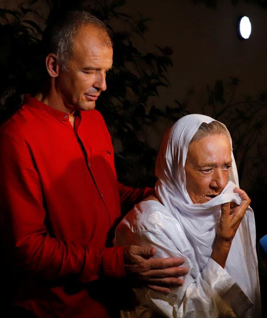 صوفي وابنها يتحدثان لوسائل الإعلام فور عودتها