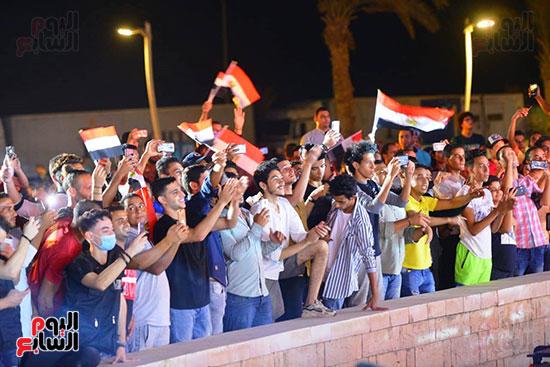 الجمهور يرفع اعلام مصر