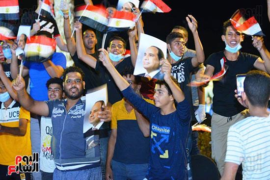 الحضور يرفع اعلام مصر وصور الرئيس السيسى