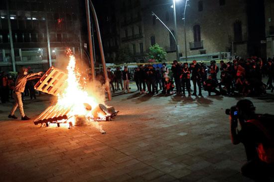 اشتباكات بين الشرطة ومحتجين على قيود كورونا فى عدة مدن إسبانية (2)