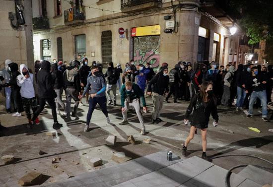 اشتباكات بين الشرطة ومحتجين على قيود كورونا فى عدة مدن إسبانية (1)