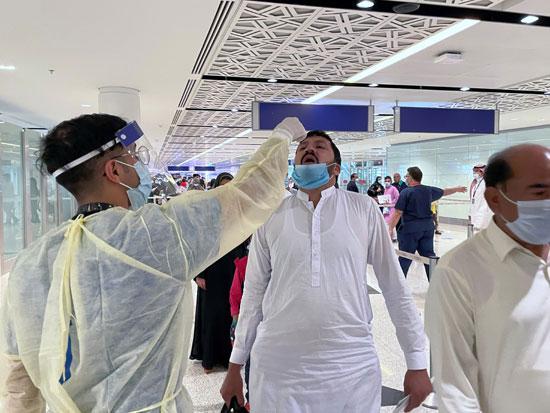 طاقم طبي سعودي يعطي الدواء عن طريق الفم