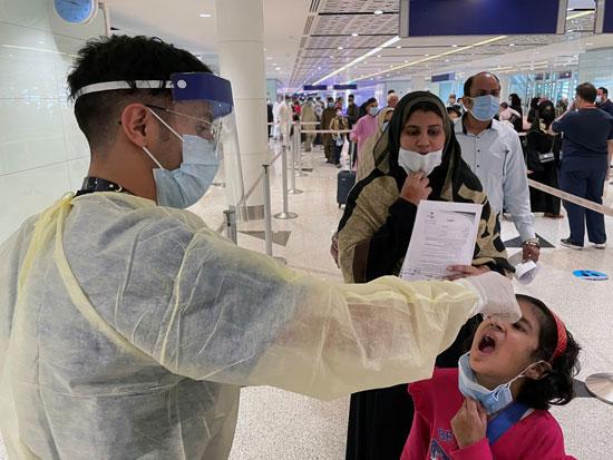 طفلة تأخذ الدواء من أحد أفراد الطاقم الطبي