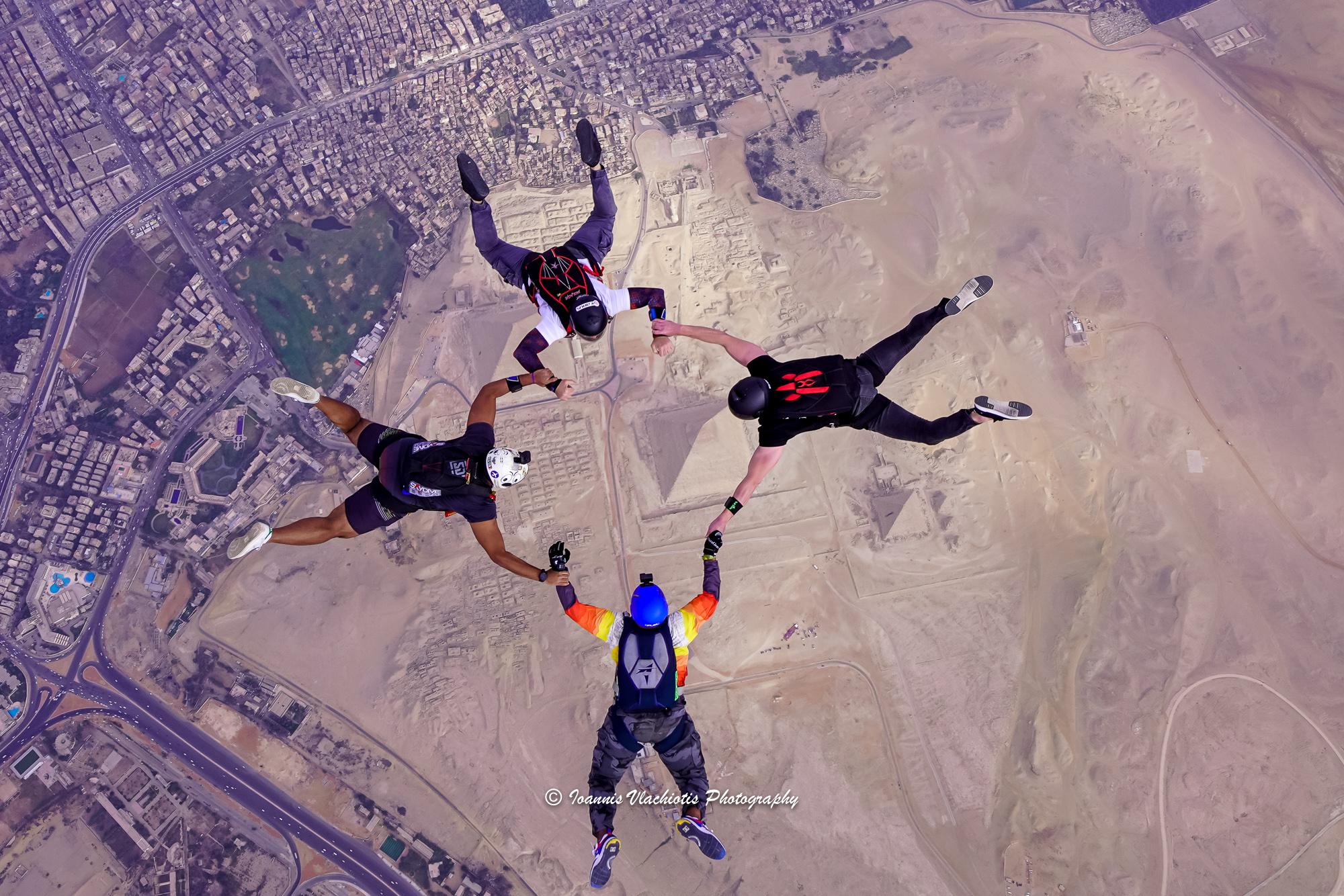 4 من المشاركين فى عملية القفز
