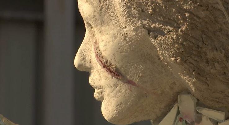 تصور البكاء على دموع التمثال