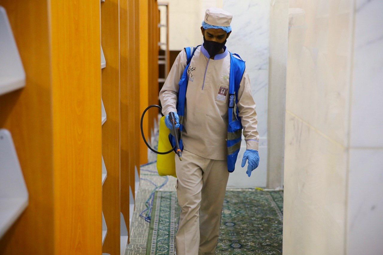 عمليات التعقيم فى المسجد الحرام  (2)