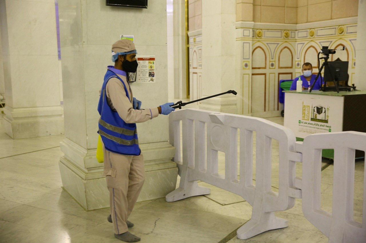 عمليات التعقيم فى المسجد الحرام (4)