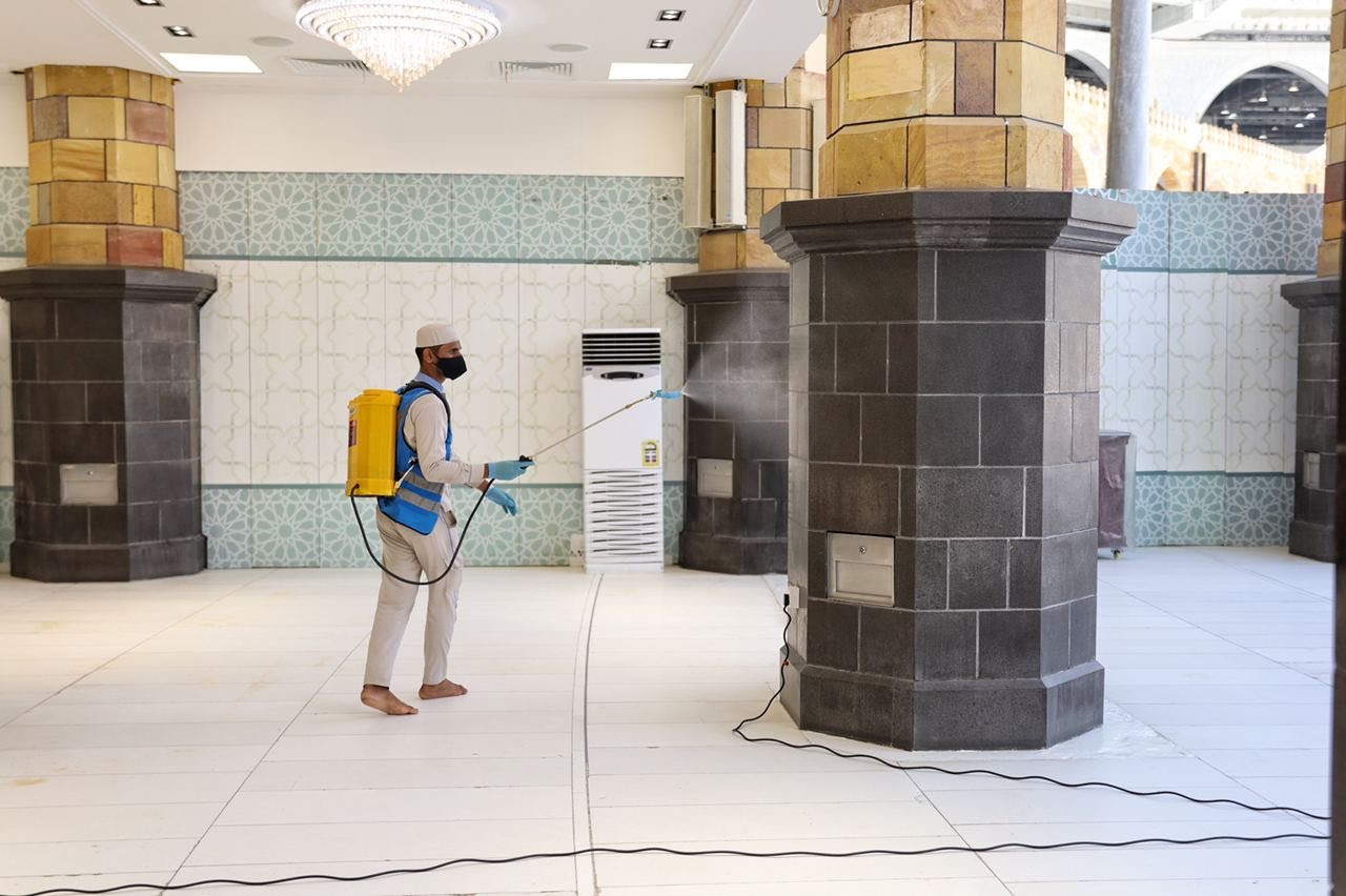 عمليات التعقيم فى المسجد الحرام  (3)