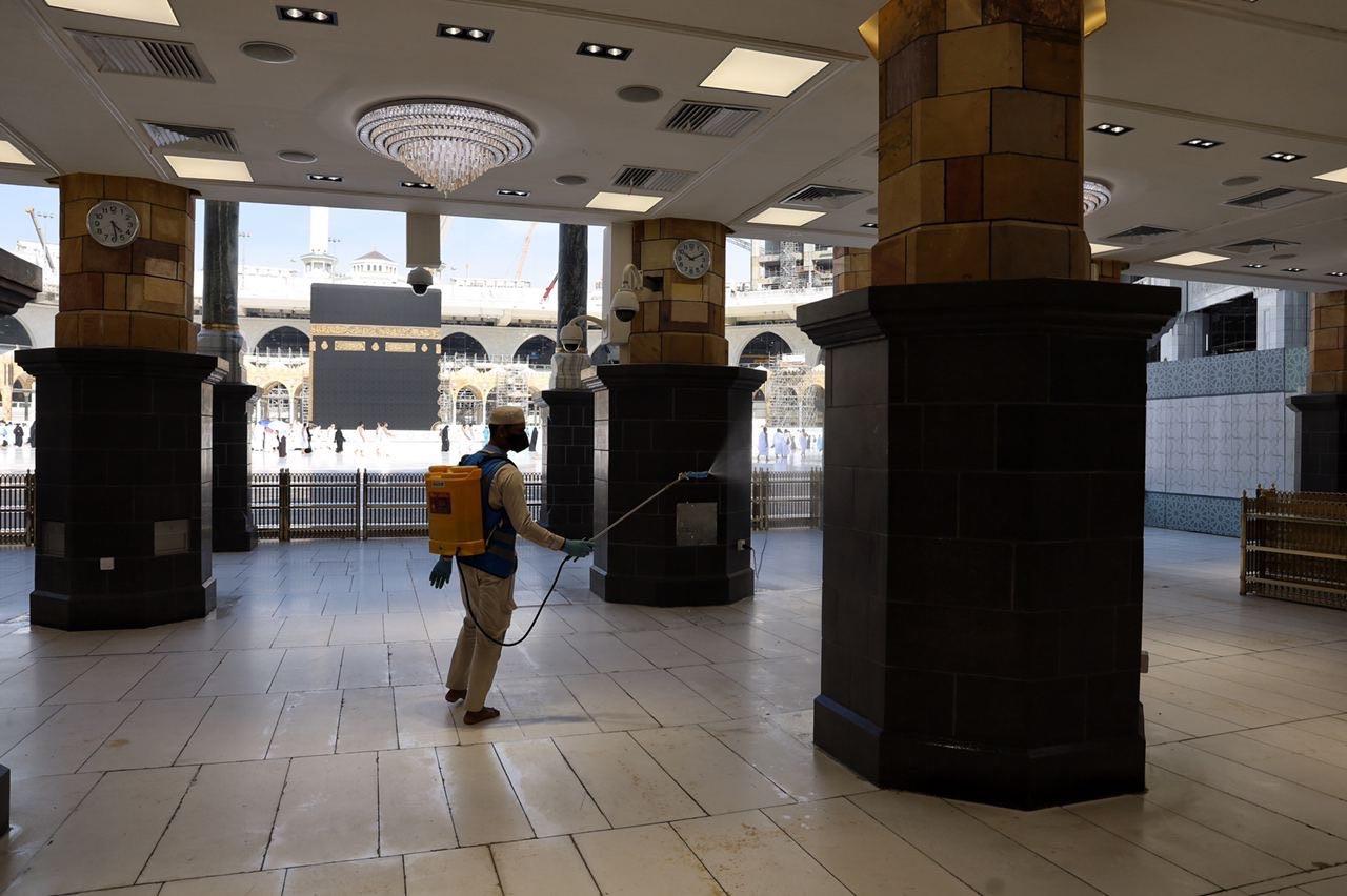 عمليات التعقيم فى المسجد الحرام  (1)