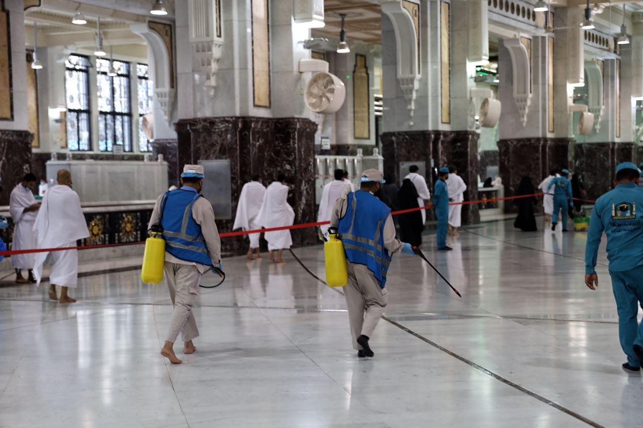 عمليات التعقيم فى المسجد الحرام (5)