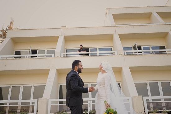 صورة أخرى لمحمد صلاح مع العروسان