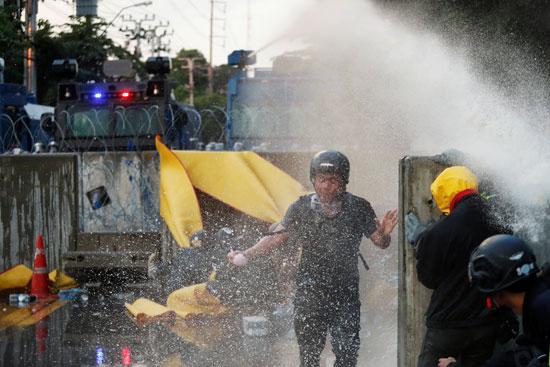 مياه لتفريق متظاهرى تايلاند