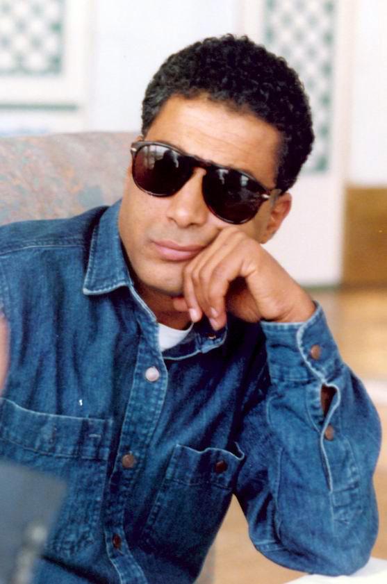 أحمد زكي في نظارة سوداء