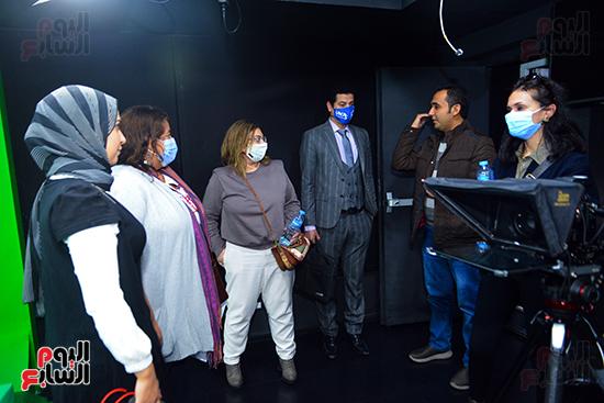 الزميل محمود جاد يستعرض آلية العمل داخل استوديو اليوم السابع
