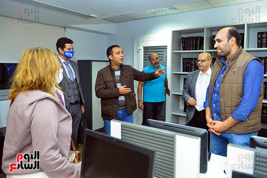 الزميلان أكرم القصاص وحازم حسين يرحبان بوفد المنظمة