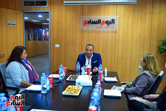 خالد صلاح يستمع لشرح أهداف المبادرة