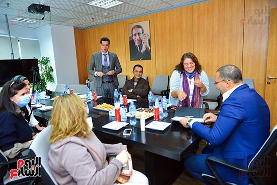 خالد صلاح يطلع علي وثيقة الشركة مع الأمم المتحدة