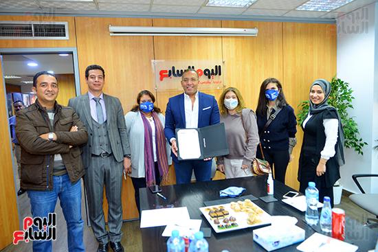 خالد صلاح ووفد الأمم المتحدة فى صورة تذكارية بعد التوقيع